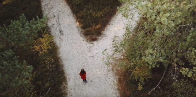 Droga przez las na plażę w Ulini