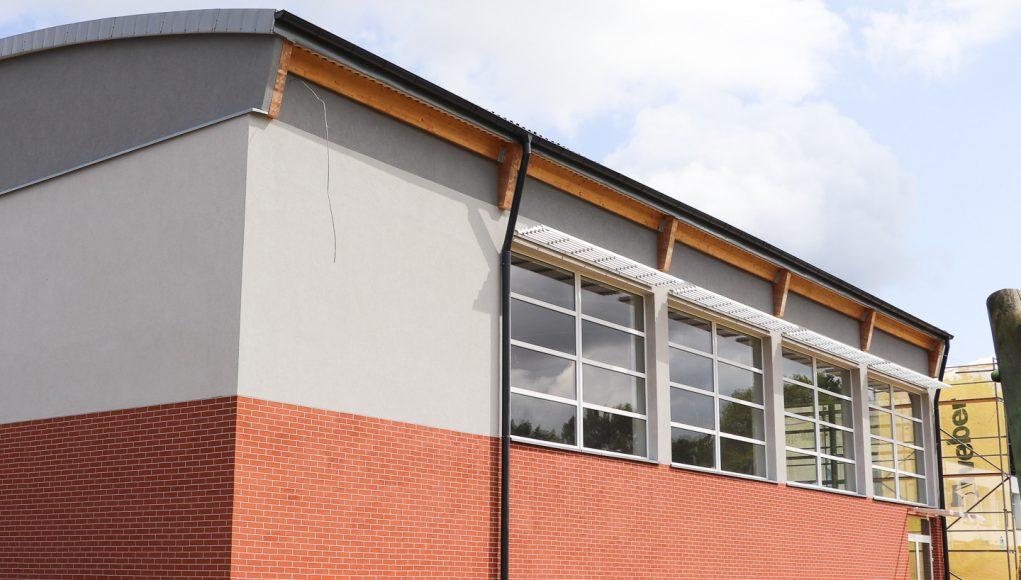 Sala gimnastyczna przy szkole w Szczenurzy